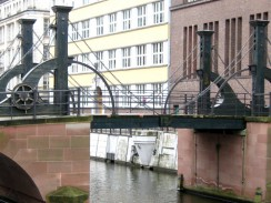 Разводной Девичий мост Юнгфернбрюкке. Берлин. Германия