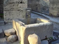 Италия. Неаполь. Грунтовые воды в Помпеях находились под городом на глубине почти 39 метров