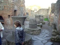 Италия. Неаполь. В Помпеях обнаружено 34 пекарни...