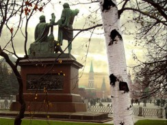Россия. Первый памятник в Москве —  Памятник Минину и Пожарскому.