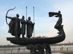 Украина. Памятник легендарным основателям Киева: в ладье трое братьев - Кий, Щек, Хорив и их сестра Лыбедь.