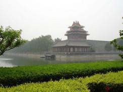 Вид со стороны аллеи прилегающего сада на Запретный город. Пекин. Китай.
