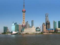 Китай. Шанхай. Вид на район Пудун у реки Хуанпу.