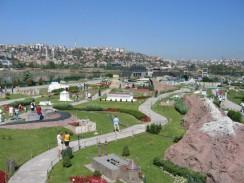 Посетители парка Miniaturk могут увидеть уменьшенные архитектурные объекты многих уголков мира. Стамбул. Турция.