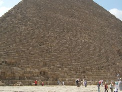 Египет. Каир. Пирамида Хеопса сложена более чем из 2 миллионов 300 тысяч каменных глыб