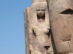 Египет. Луксор. Колоссы Мемнона. Деталь ноги левого колосса, изображающая жену Аменхотепа III - Тию.