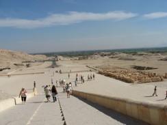 Вид от храма Хатшепсут на дорогу в сторону Нила. Луксор. Египет.