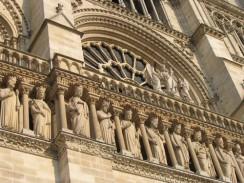 Франция. Париж. Над порталами вдоль всего фасада здания Нотр-Дама протянулся зубчатый карниз.