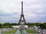 Франция. Париж. Сегодня Эйфелева башня используется телевидением, радиовещанием и сотовой связью