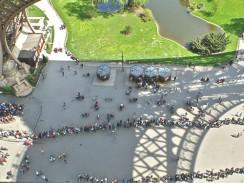 Франция. Париж. Очередь из желающих подняться на Эйфелеву башню выстраивается в 2 ряда.