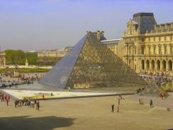 Стеклянная пирамида служит главным входом в Лувр и является одним из символов Парижа. Франция.