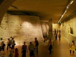 В подвальной части Лувра можно увидеть остатки крепостной стены. Париж. Франция.