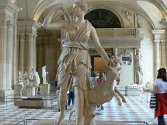 Лувр. Богиня охоты Артемида в зале скульптур Древней Греции. Париж. Франция.