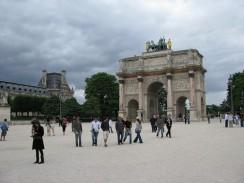 Франция. Париж. Триумфальная арка Карузель рядом с Лувром.