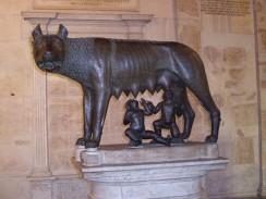 Италия. Рим. Капитолийская волчица — этрусская бронзовая скульптура