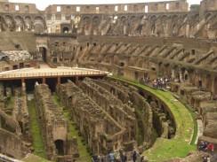 Италия. Рим. Над верхним ярусом Колизея находился портик, опоясывавший всю окружность здания.