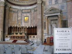 Италия. Рим. Пантеон. Здесь погребены некоторые известные люди Италии и короли Виктор Эммануил II и Умберто I