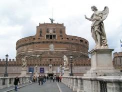 Италия. Рим. К замку св. Ангела через реку Тибр ведет живописный пешеходный мост