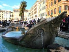 Италия. Рим. На площади Испании расположен фонтан в виде лодочки