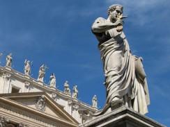 Италия. Рим. Ватикан. Перед входом в собор св. Петра возвышаются статуи святых апостолов Петра и Павла.