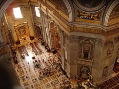 Италия. Рим. Ватикан. Вид на интерьер собора св. Петра с внутренней смотровой площадки.