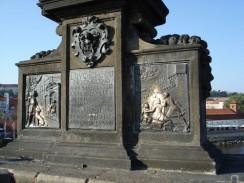 Постамент статуи св. Яна Непомуцкого на Карловом мосту. Прага. Чехия.