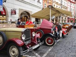 Чехия. Прага. Ретро автомобили на Староместской площади.