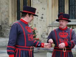 Дворцовые стражи —  охрана Тауэра. Лондон. Англия