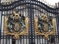 Англия. Лондон. Королевский герб на воротах Букингемского дворца.