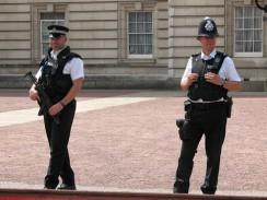 Англия. Лондон. Полицейские, охраняющие Букингемский дворец