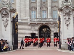 Англия. Лондон. Смена караула у Букингемского дворца