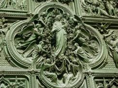 Италия. Милан. Ворота Duomo di Milano — настоящий шедевр тонкой обработки металла