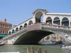 Италия. Венеция. Мост Риальто через Гранд-канал.