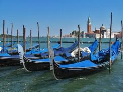 Италия. Венеция. У гондолы всего одно весло...