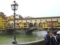 Понте Веккьо является самым старым мостом Флоренции. Италия.