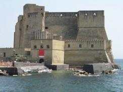 Италия. На островке, прилегающем к Неаполю, располагается средневековая крепость Кастель-дель-Ово