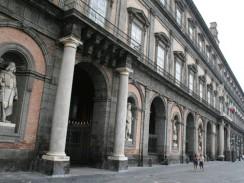 Западный фасад Королевского дворца в Неаполе. Италия.