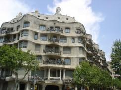 Испания. Барселона. Каса-Мила — жилой дом по проекту архитектора Антонио Гауди.