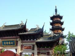 Лунхуа — самый известный буддийский храм Шанхая. Китай.