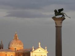 Колонна с изображением крылатого венецианского льва. Венеция. Италия