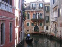 Венеция. Италия. Один из каналов районе Сан-Поло