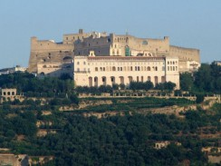 Италия. Неаполь. Холм и крепость Сант-Эльмо. На переднем плане перед крепостью —  монастырь Чертоза ди Сан Мартино