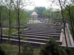 Китай. Пекин. Лабиринт в Императорских садах Юаньминъюань.