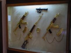 Египет. Каир. В музее дворца Абдин. Стенд с позолоченными автоматами Калашникова.