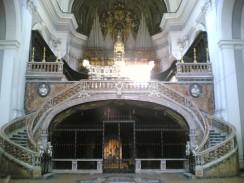 Италия. Неаполь. Под алтарем базилики Санта-Мария-делла-Санита вход в катакомбы
