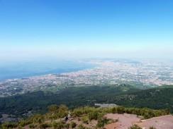Италия. Так выглядит Неаполь со склона Везувия.