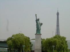 Франция. Париж. Статуя Свободы на Лебедином острове.