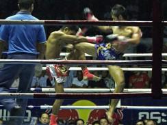 Тайский бокс. Разгар схватки. Бангкок. Таиланд