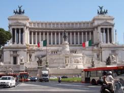 Италия. Рим. Витториано — монумент в честь первого короля объединённой Италии Виктора Эммануила II